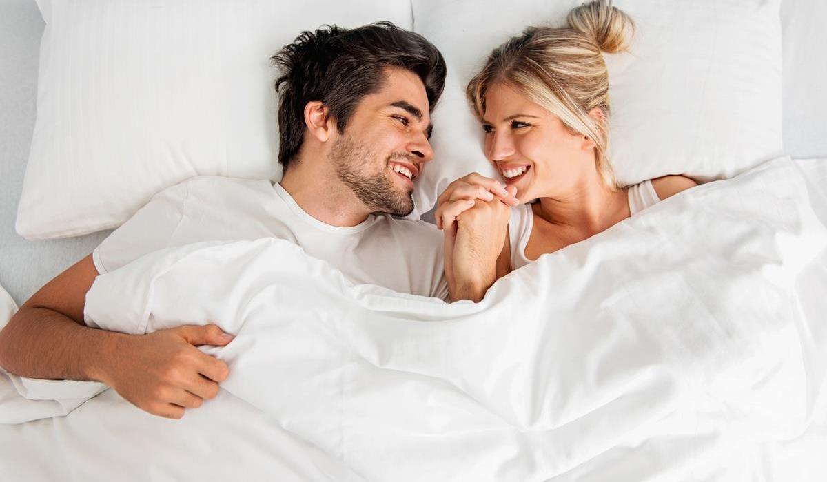 szczęśliwa para w sypialni